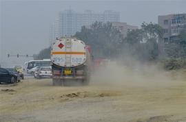 道路工地扬尘污染严重,居民可通过电话投诉扬尘超标.jpg